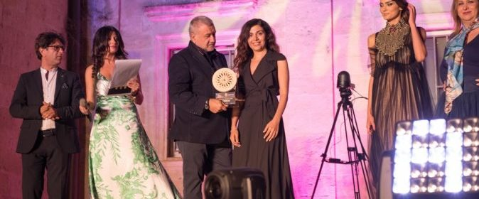 Beppe Pisani consegna premio Serikos alla vincitrice Sara Behbun ph. Enzo Dell'Atti