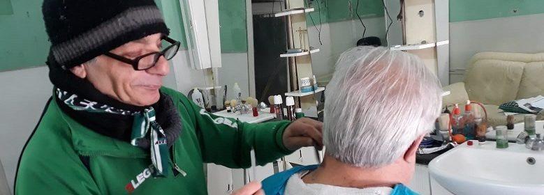 Carmine Pascale barbiere al lavoro