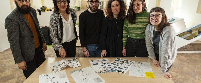 Da sinistra Jonathan Pierini Antonella Micaletti e gli studenti dell'ISIA