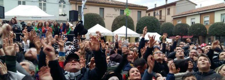 Folla alle prese con il lancio dei tartufi 01