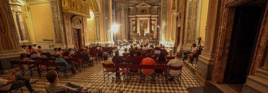 I nostri spettatori si tengono per mano. Chiesa San Marcellino - Foto di Klaus Bunker