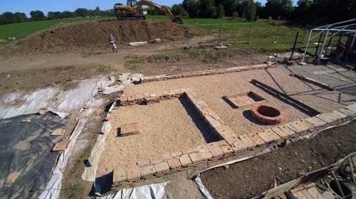 Ricostruzione delle strutture della domus del fabbro (foto di Paolo Nanni)